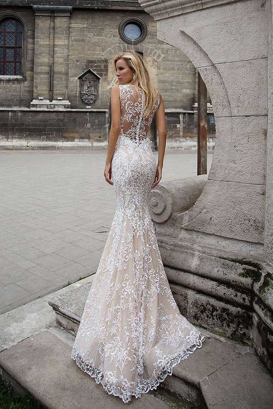 В наличии более платьев свадебные, вечерние и детские огромное количество свадебных принадлежностей собственный автопарк лимузинов моск.